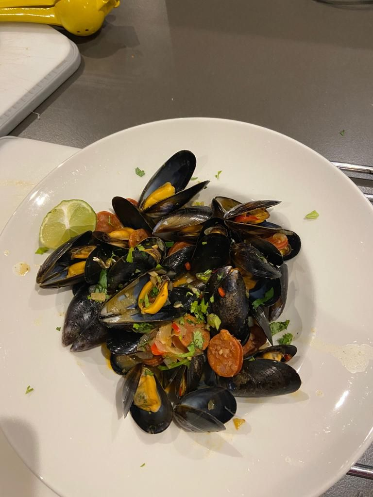 Steamed mussels in white wine with spicy sausage and parsley (diabetic friendly)